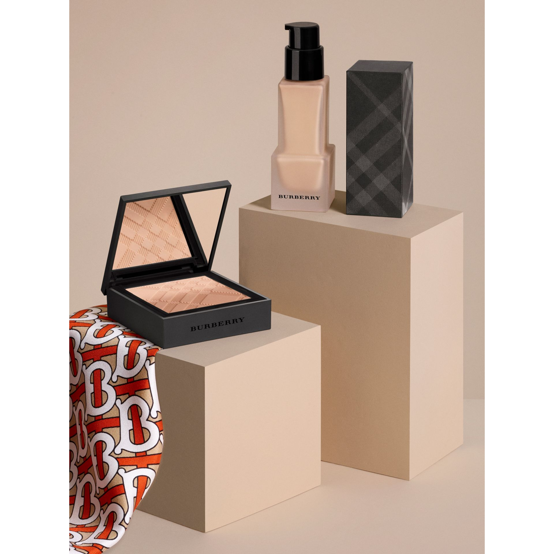 Matte Glow Compact Foundation – 70 Medium Cool - Donna | Burberry - immagine della galleria 5
