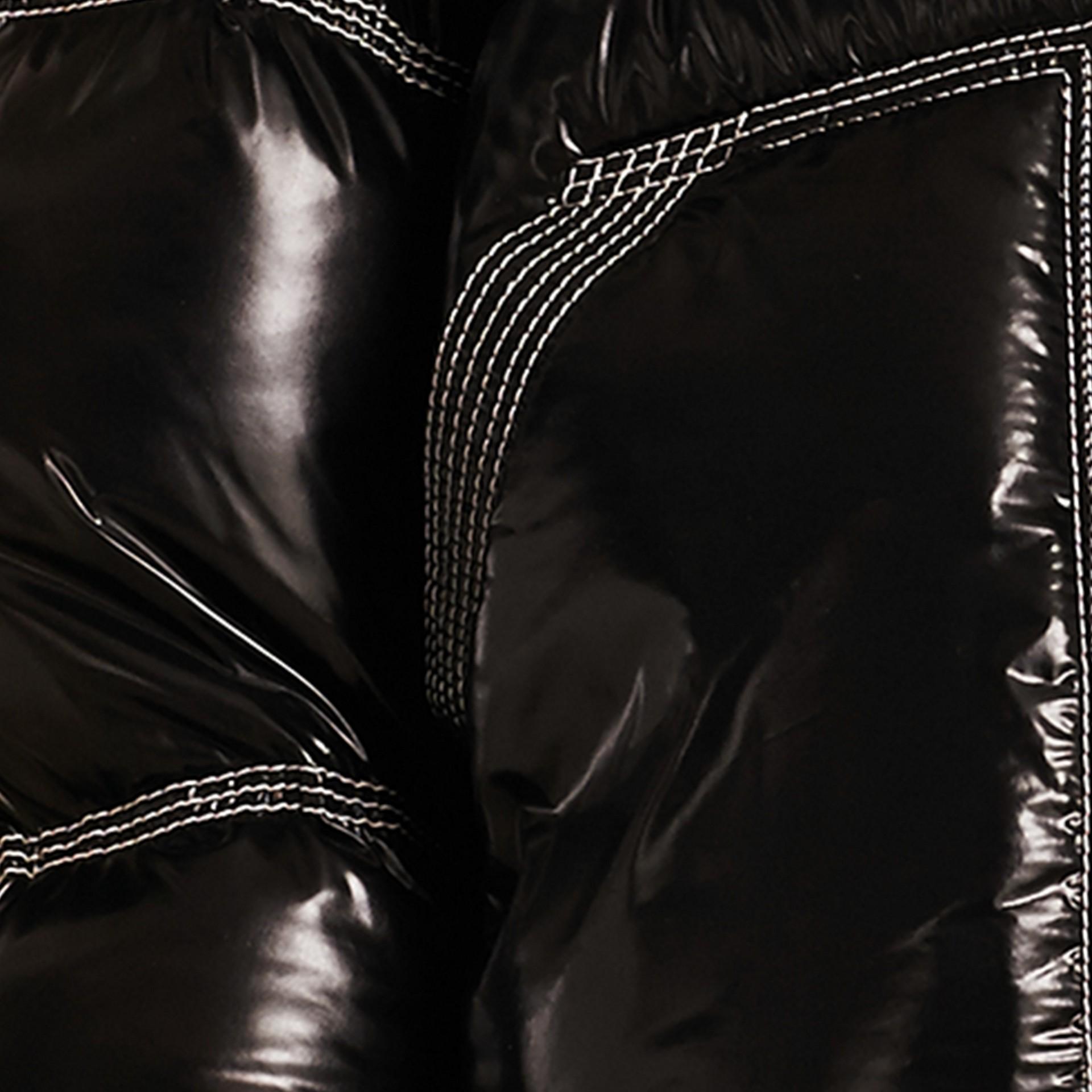 Preto Jaqueta lustrosa acolchoada com plumas com colarinho de shearling - galeria de imagens 2