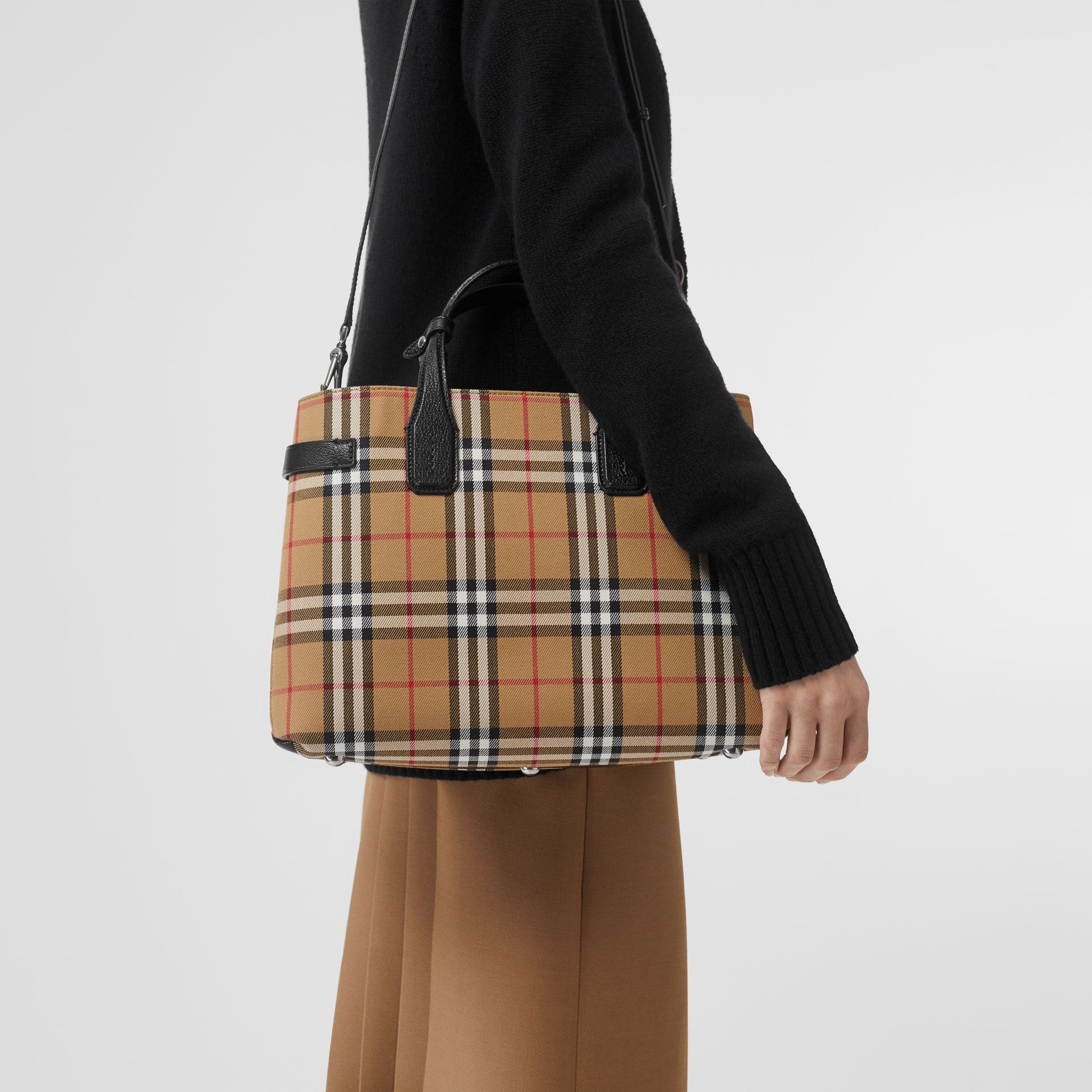 The Banner media in pelle con motivo Vintage check (Nero) - Donna | Burberry - immagine della galleria 2