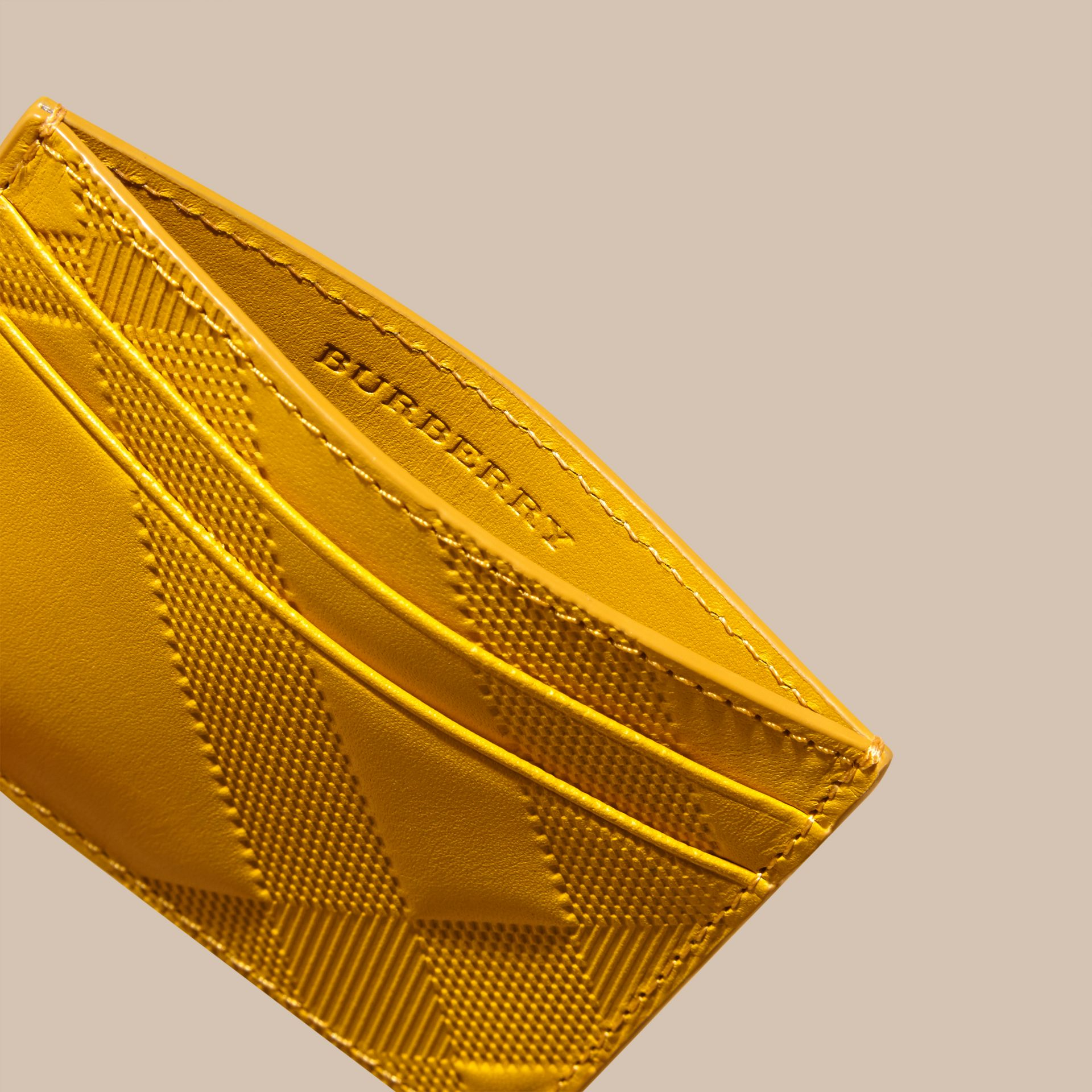 Giallo ambra Porta carte di credito in pelle con motivo check in rilievo Giallo Ambra - immagine della galleria 5