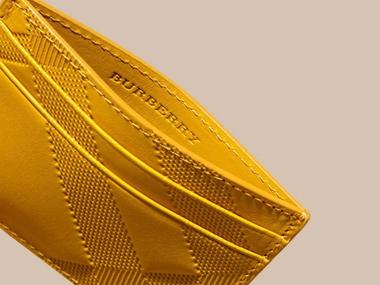 Giallo ambra Porta carte di credito in pelle con motivo check in rilievo Giallo Ambra - cell image 4