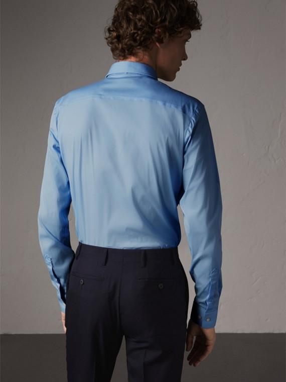 슬림핏 스트레치 코튼 포플린 셔츠 (시티 블루) - 남성 | Burberry - cell image 2