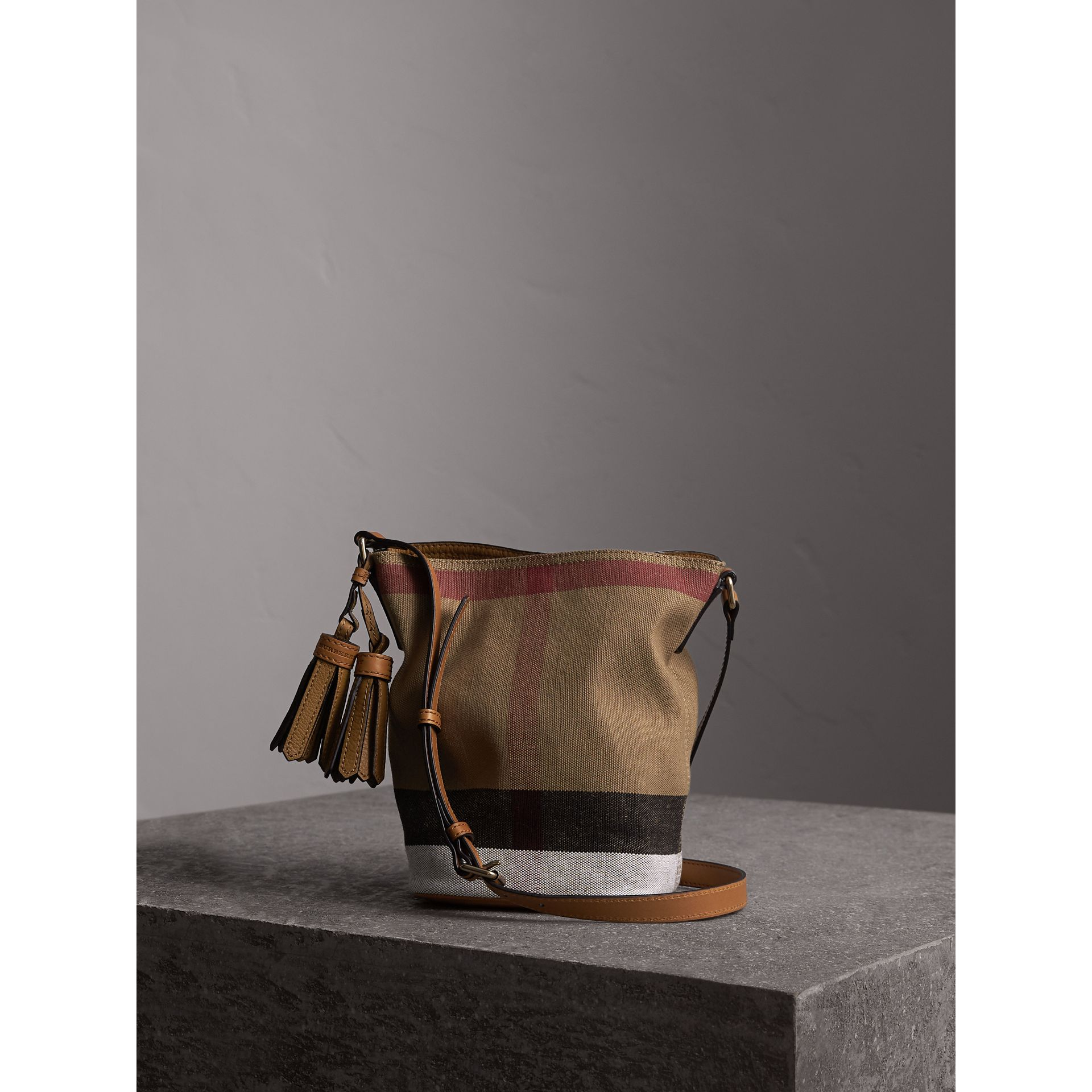 The Ashby piccola con pelle e motivo Canvas check (Marrone Cuoio) - Donna | Burberry - immagine della galleria 1