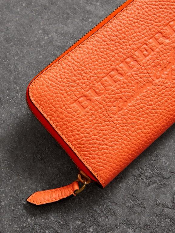 Carteira de couro com zíper e detalhe em relevo (Laranja Intenso) - Mulheres | Burberry - cell image 1