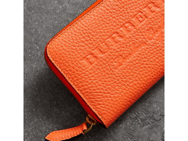 Portefeuille zippé en cuir estampé (Orange Vif) - Femme | Burberry - cell image 1