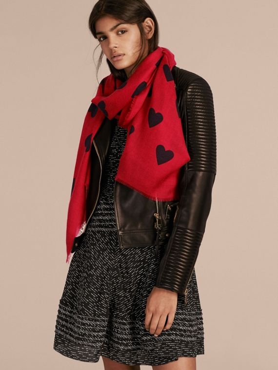 Parade red/black The Lightweight Cashmere Scarf in Heart Print Parade Red/black - cell image 2