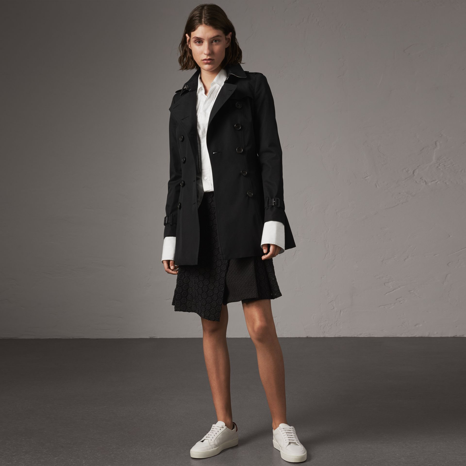 The Chelsea – Short Trench Coat in Black - Women | Burberry - gallery image 0