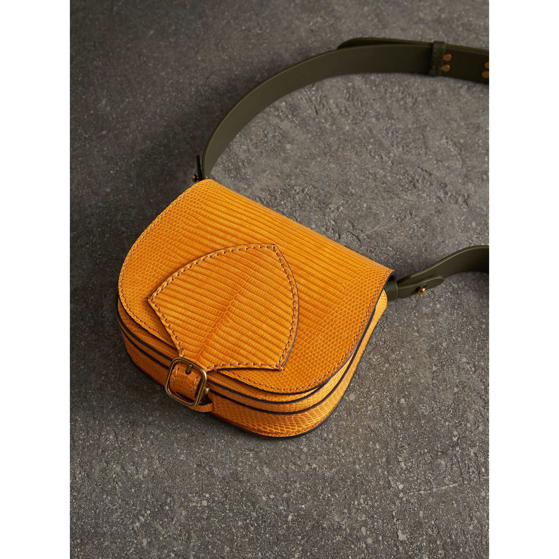 The Satchel in pelle di lucertola (Giallo Ambra) - Donna | Burberry - immagine della galleria 6