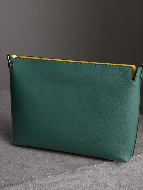 Bolsa clutch de couro em três tons - Grande (Preto/verde Oceano) - Mulheres | Burberry - cell image 2