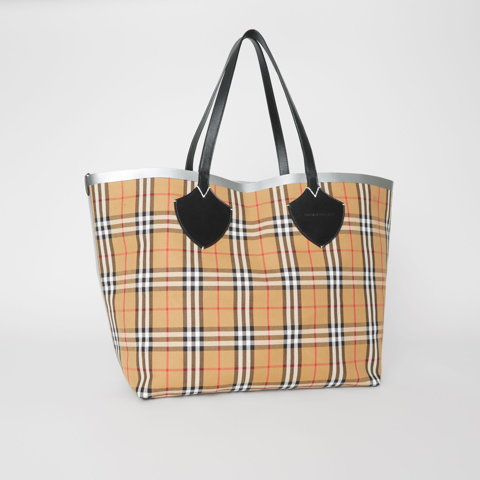 The Giant Reversible Tote in Vintage Check in Black/silver | Burberry - gallery image 6