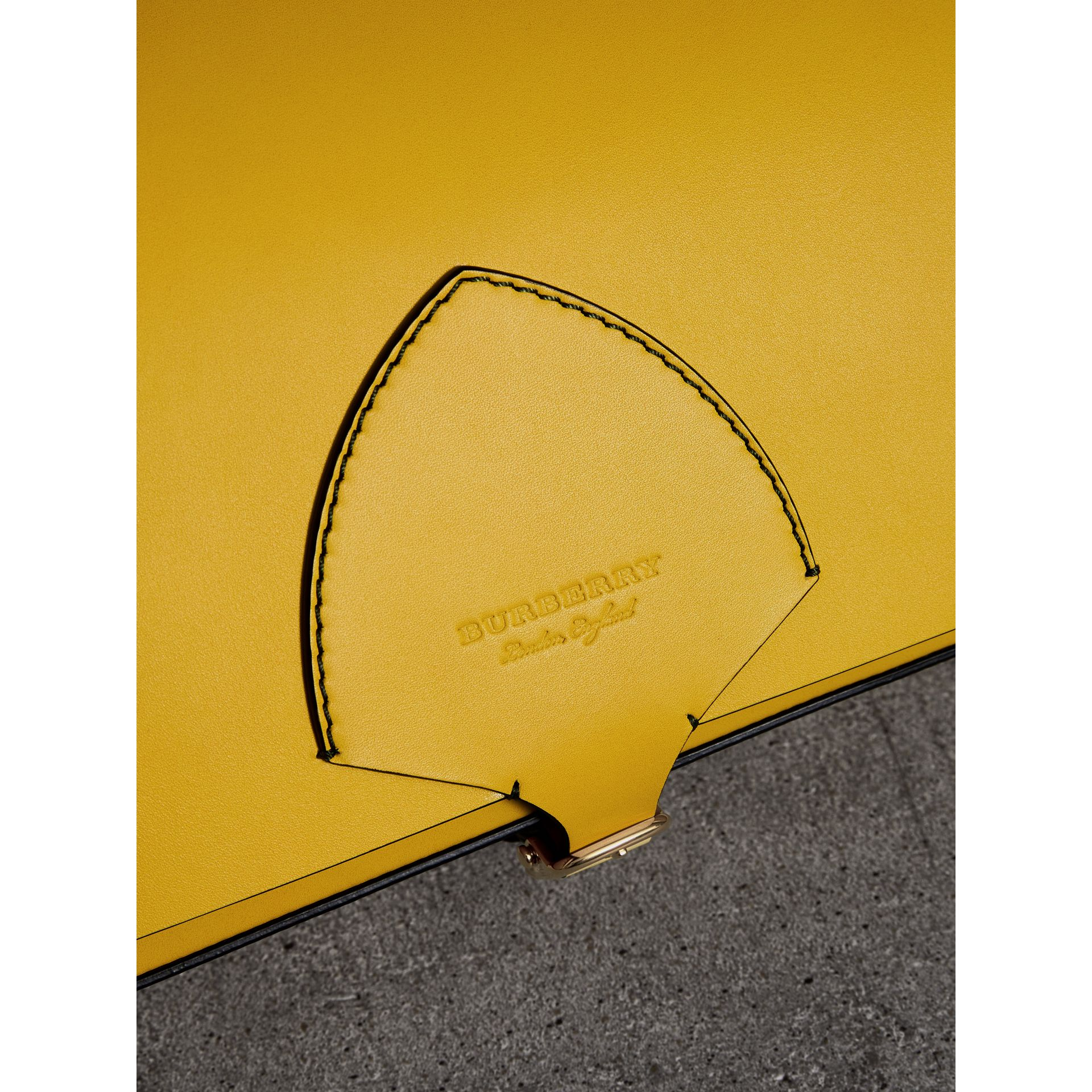 The Satchel squadrata grande in pelle (Giallo Larice Intenso) - Donna | Burberry - immagine della galleria 1