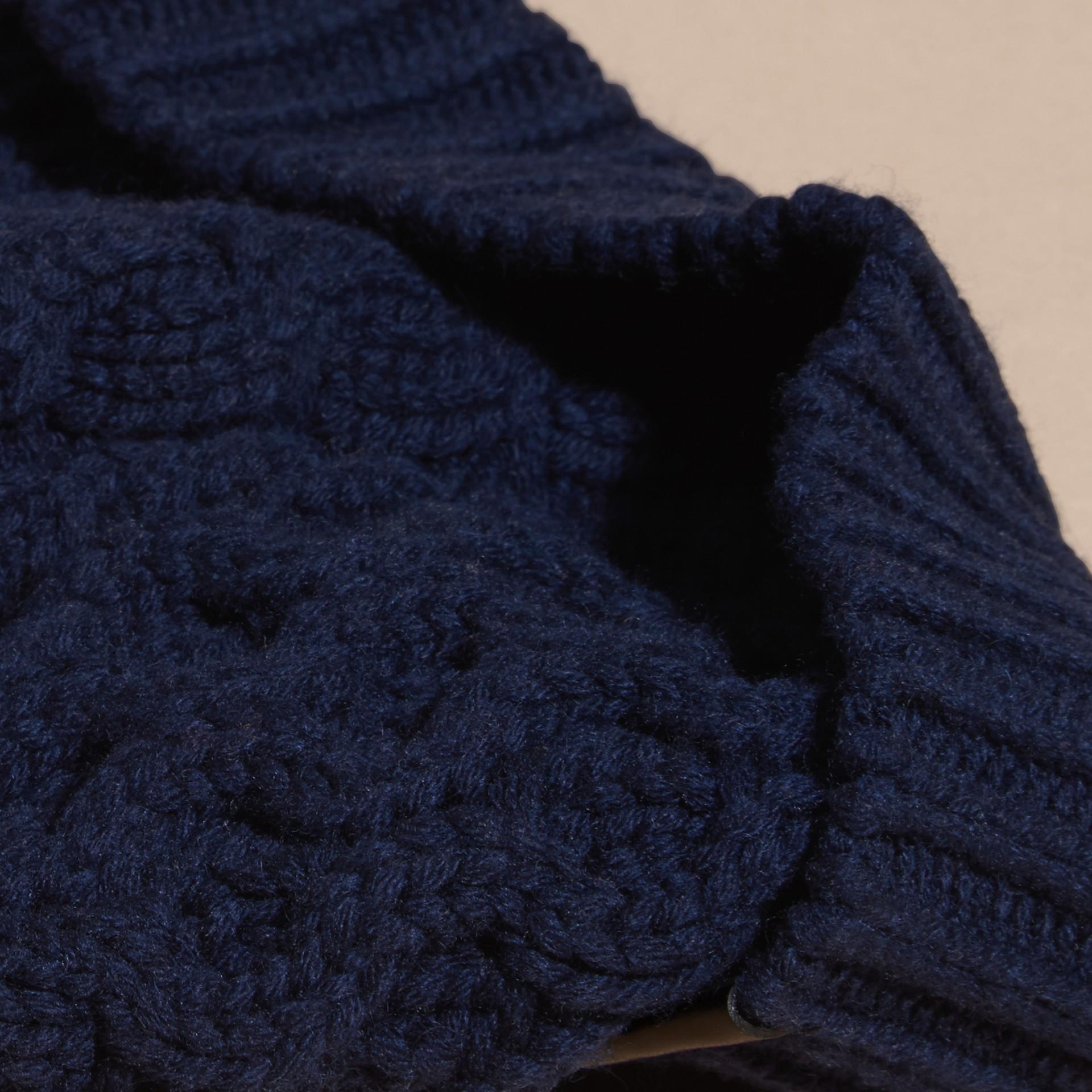 Navy scuro Cappellino in lana e cashmere con lavorazione Aran Navy Scuro - immagine della galleria 2