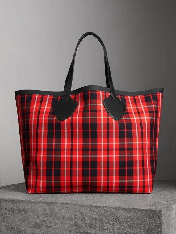 The Giant Reversible Tote in Tartan Cotton in Vibrant Red/black