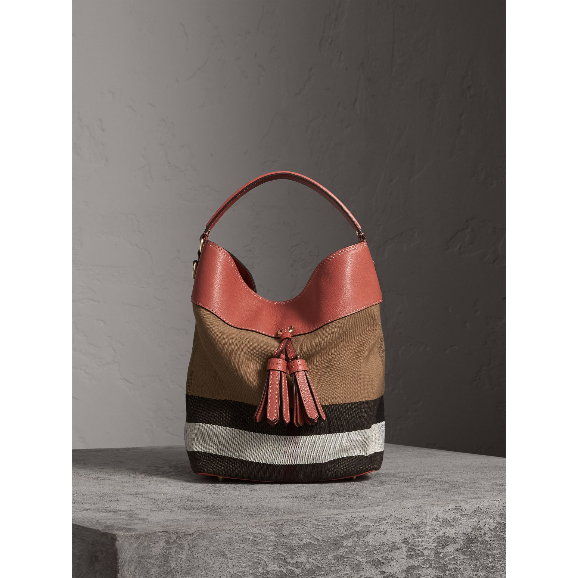The Ashby media con pelle e motivo Canvas check (Rosso Cannella) - Donna | Burberry - immagine della galleria 1