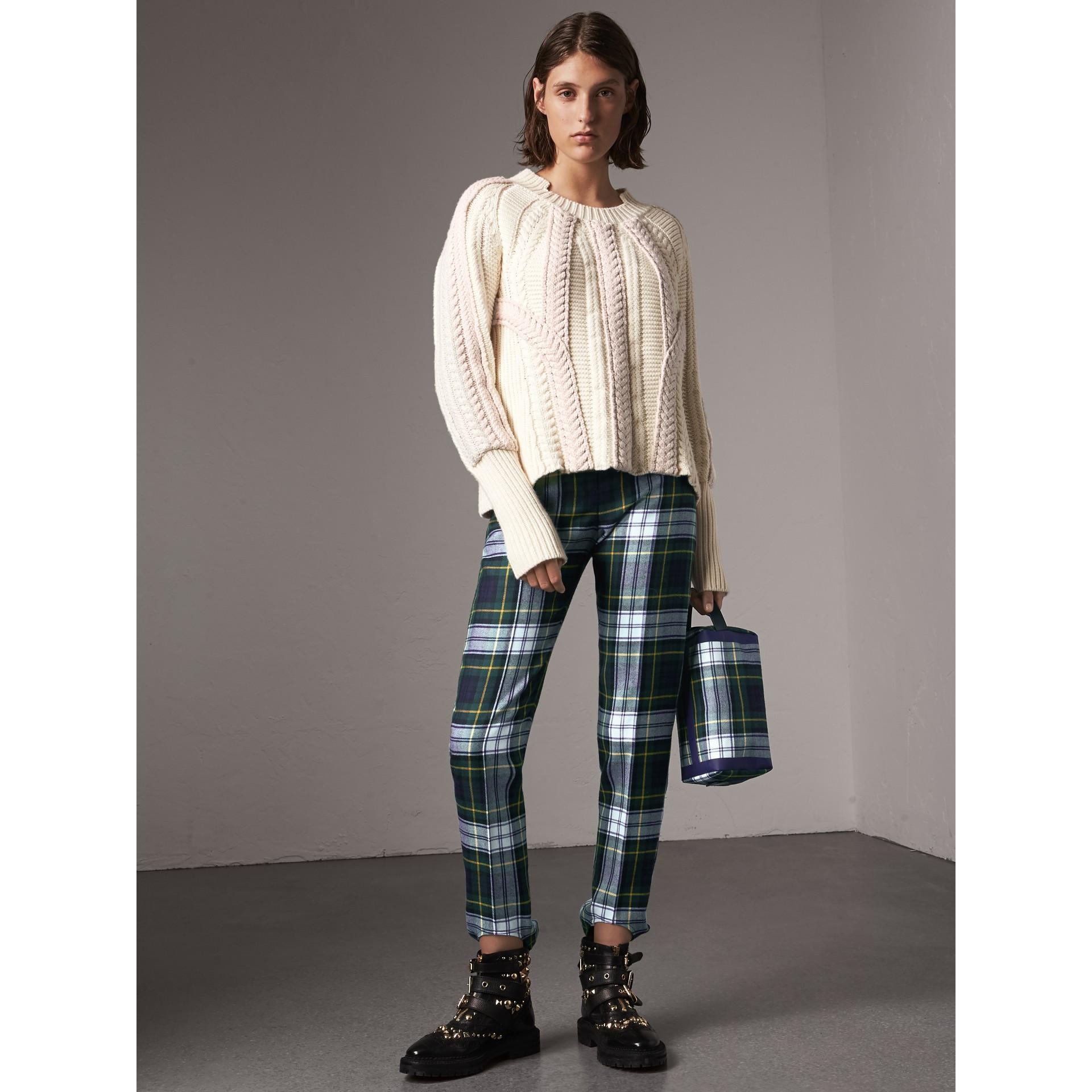Pull bicolore en maille de laine et cachemire torsadée (Blanc Naturel) - Femme | Burberry - photo de la galerie 1