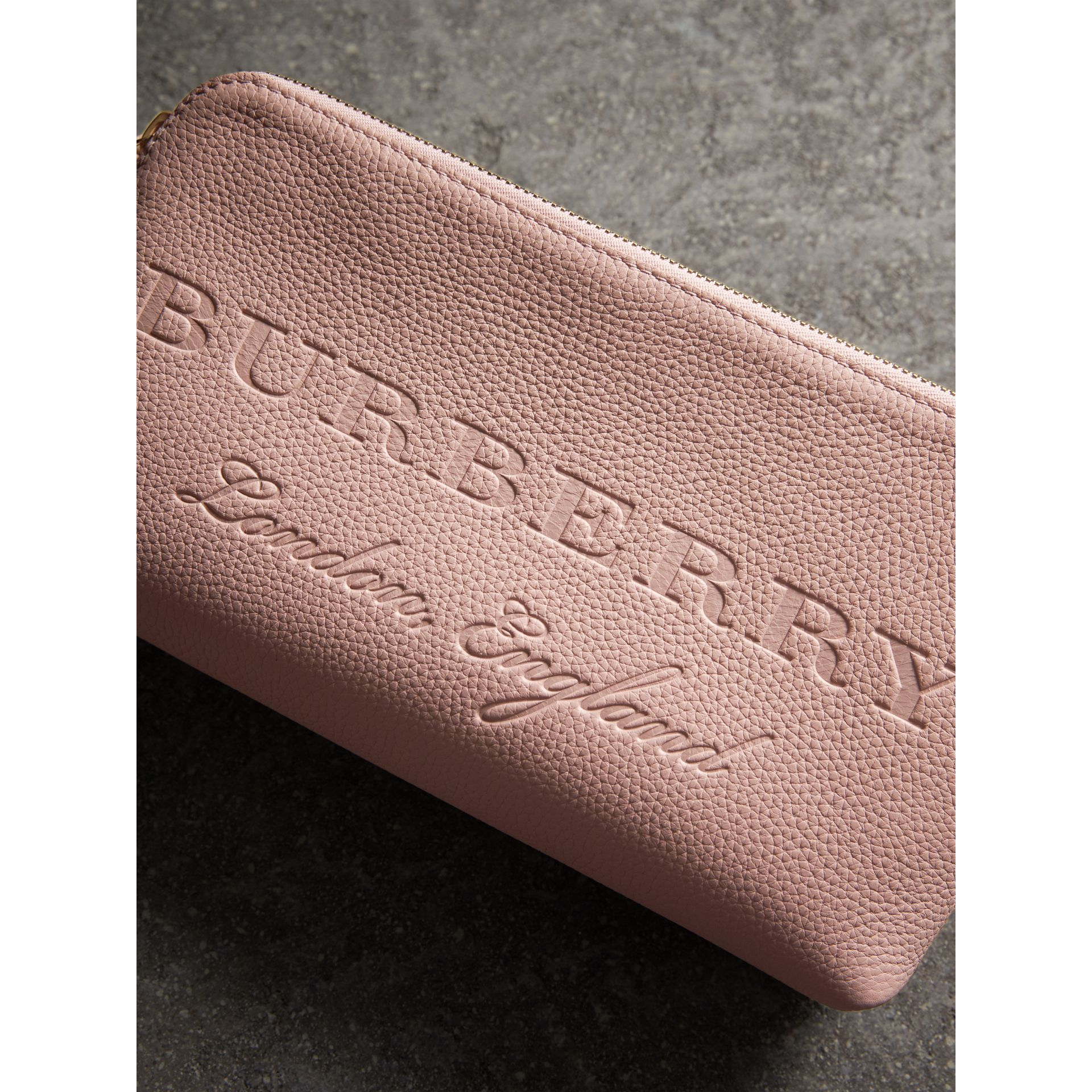 Clutch en cuir estampé (Rose Platiné Pâle) - Femme | Burberry - photo de la galerie 2
