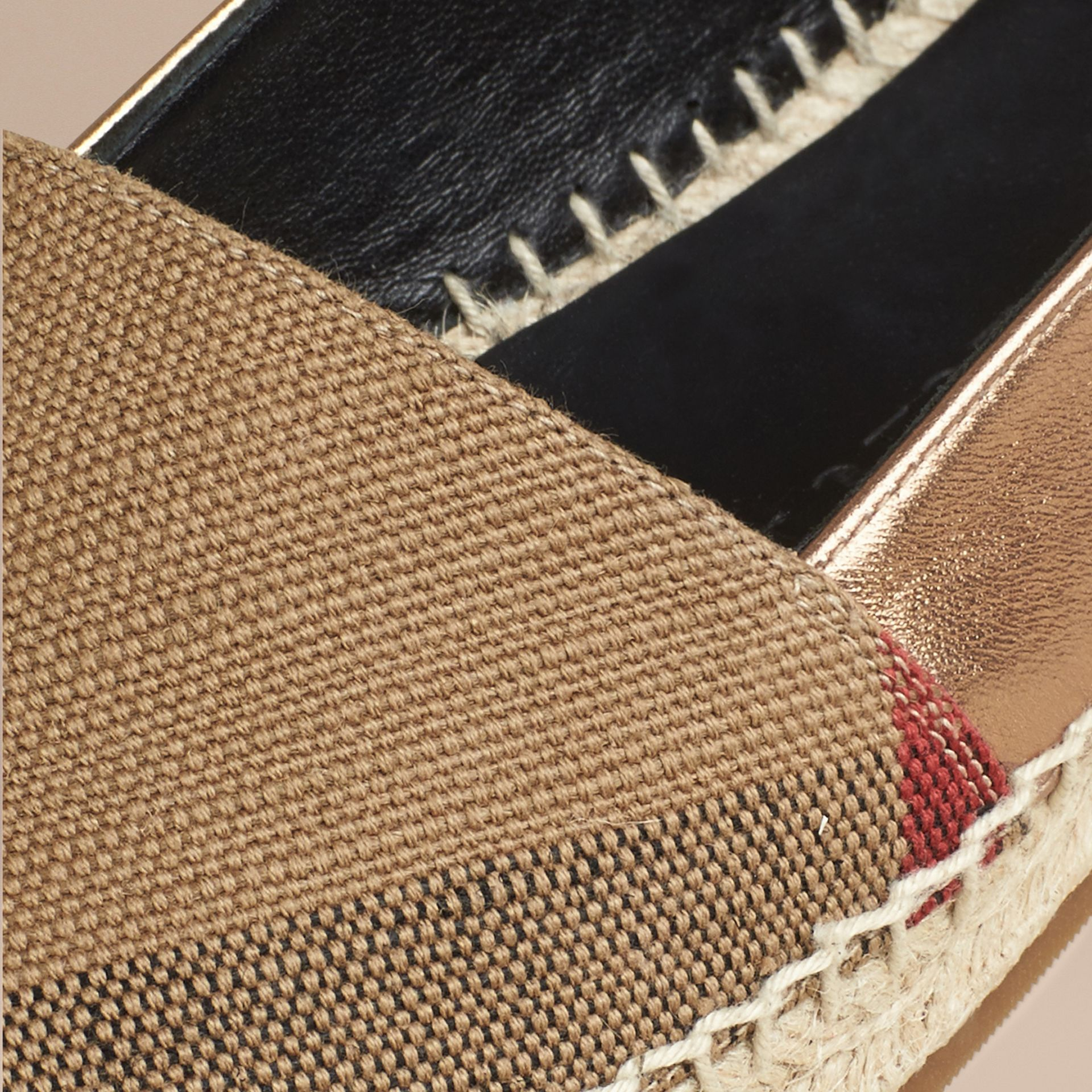 Dorado tradicional Esparteñas de checks en piel, yute y algodón - imagen de la galería 2