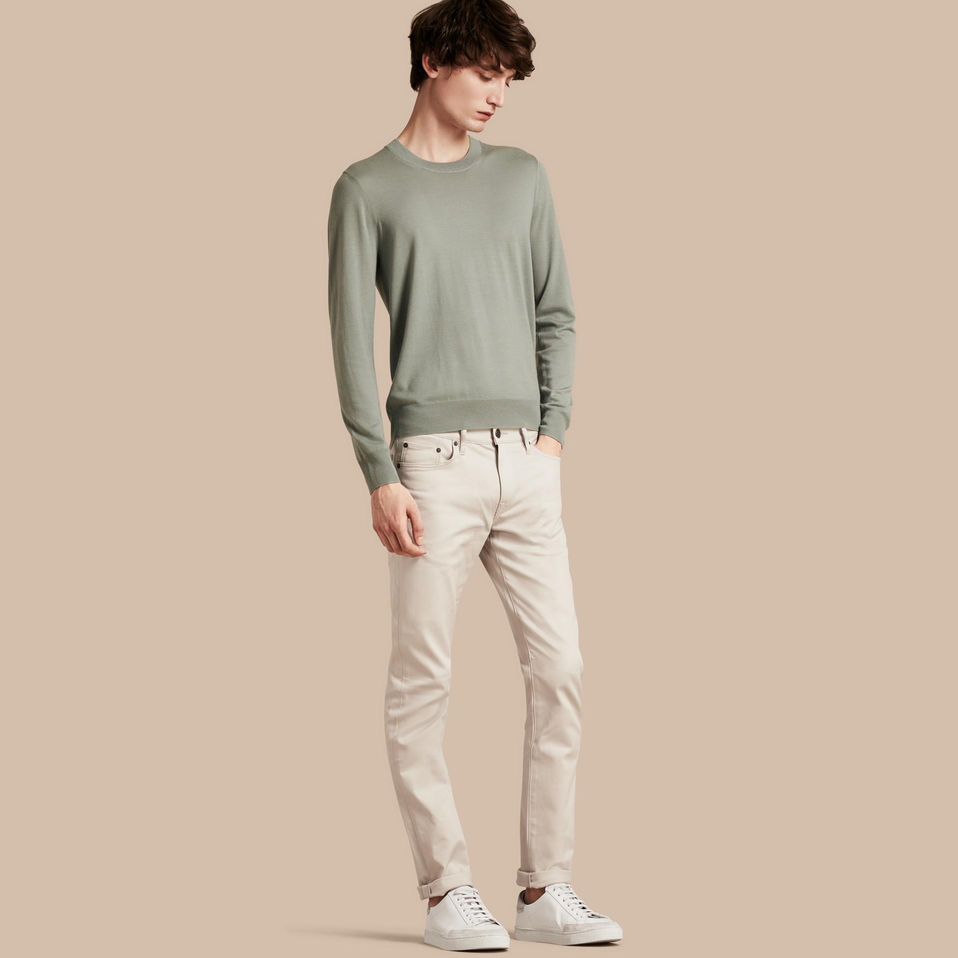 淡石色 修身剪裁日本伸縮牛仔褲 淡石色 - 圖庫照片 1
