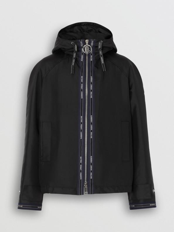 Chaqueta en nailon con capucha y detalle de logotipo (Negro)
