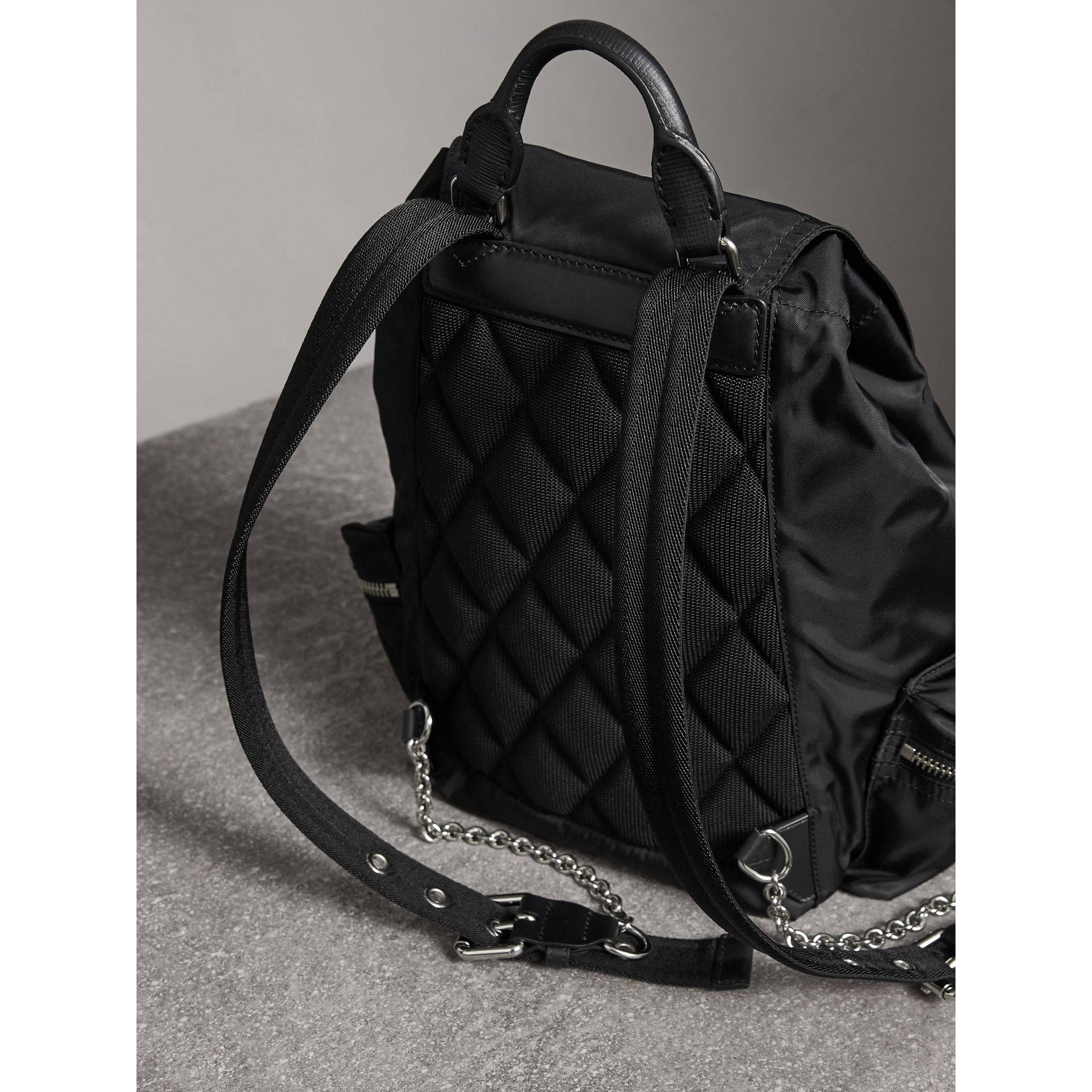 Sac The Rucksack moyen en nylon technique et cuir (Noir/noir) - Femme | Burberry Canada - photo de la galerie 3