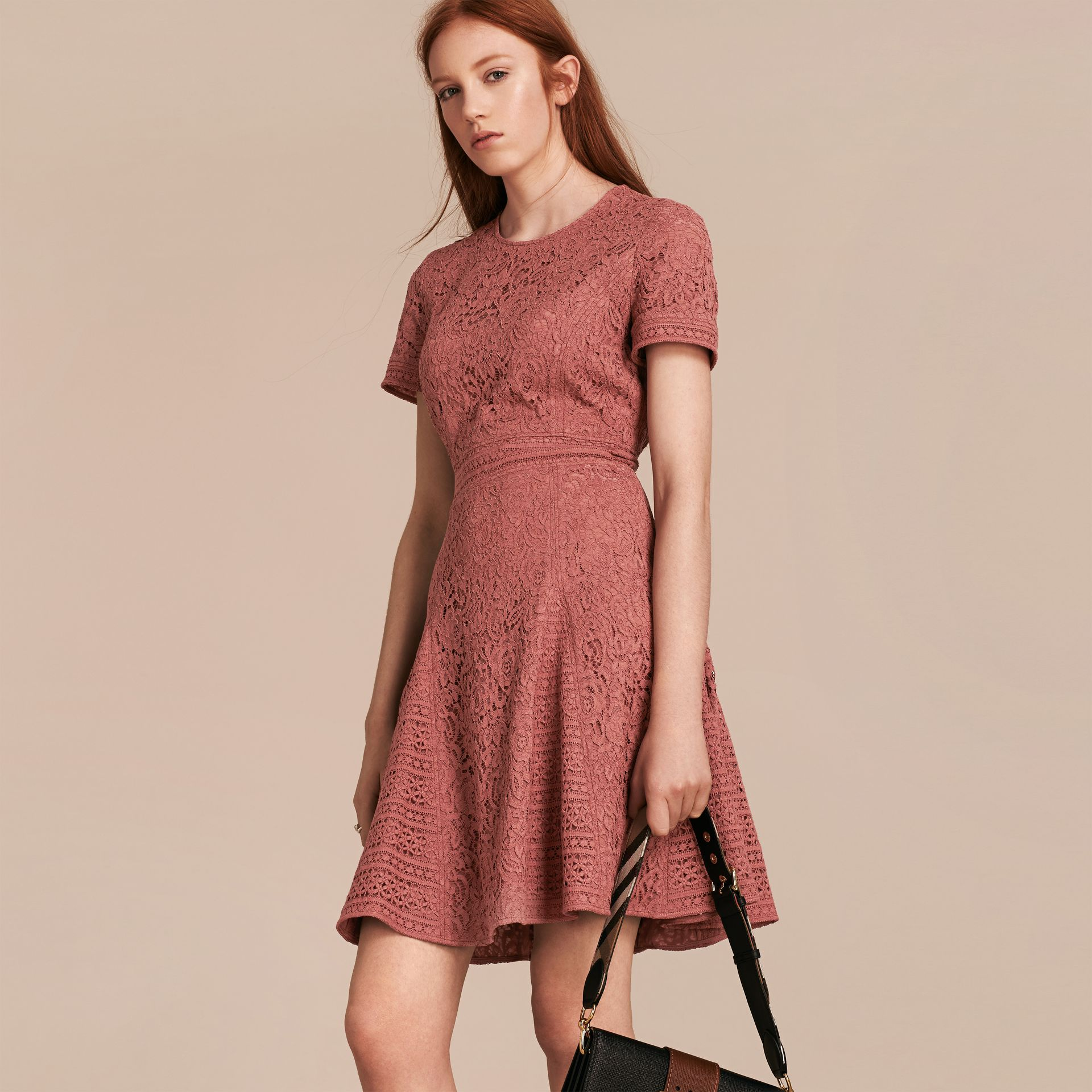 Malvenfarben-rosa Kleid in A-Linie aus italienischer Spitze - Galerie-Bild 6