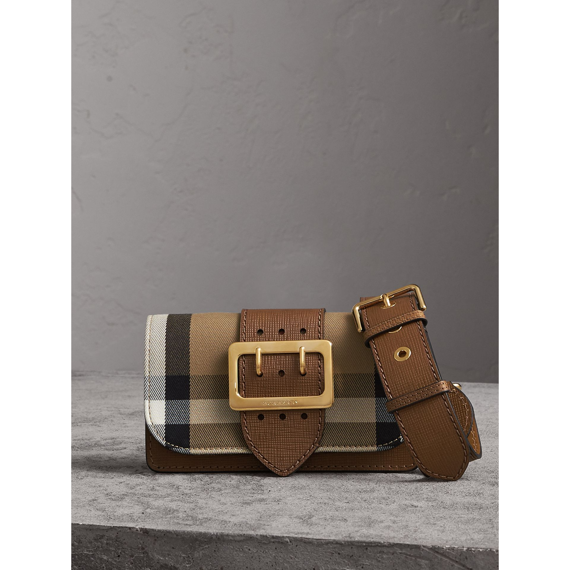 Borsa The Buckle piccola con motivo House check e pelle (Marroncino) - Donna | Burberry - immagine della galleria 0