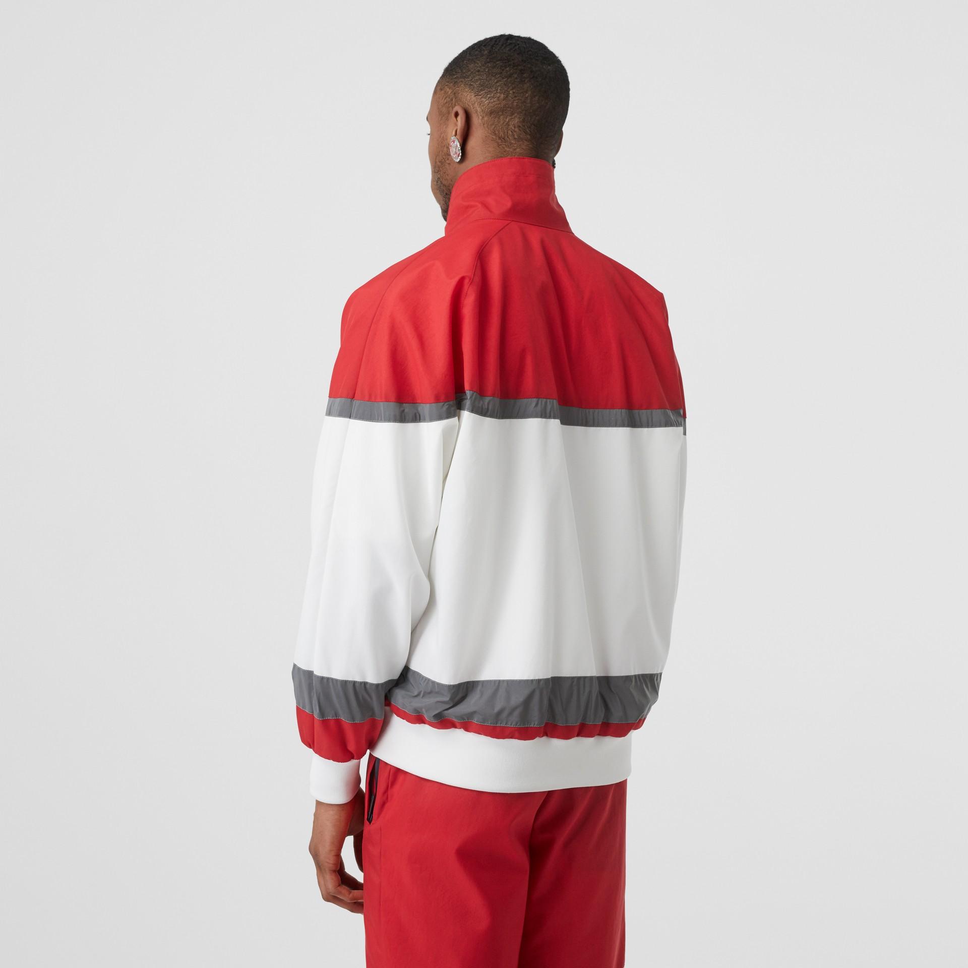 Giacca sportiva in nylon a righe con logo (Rosso Intenso) - Uomo | Burberry - immagine della galleria 2