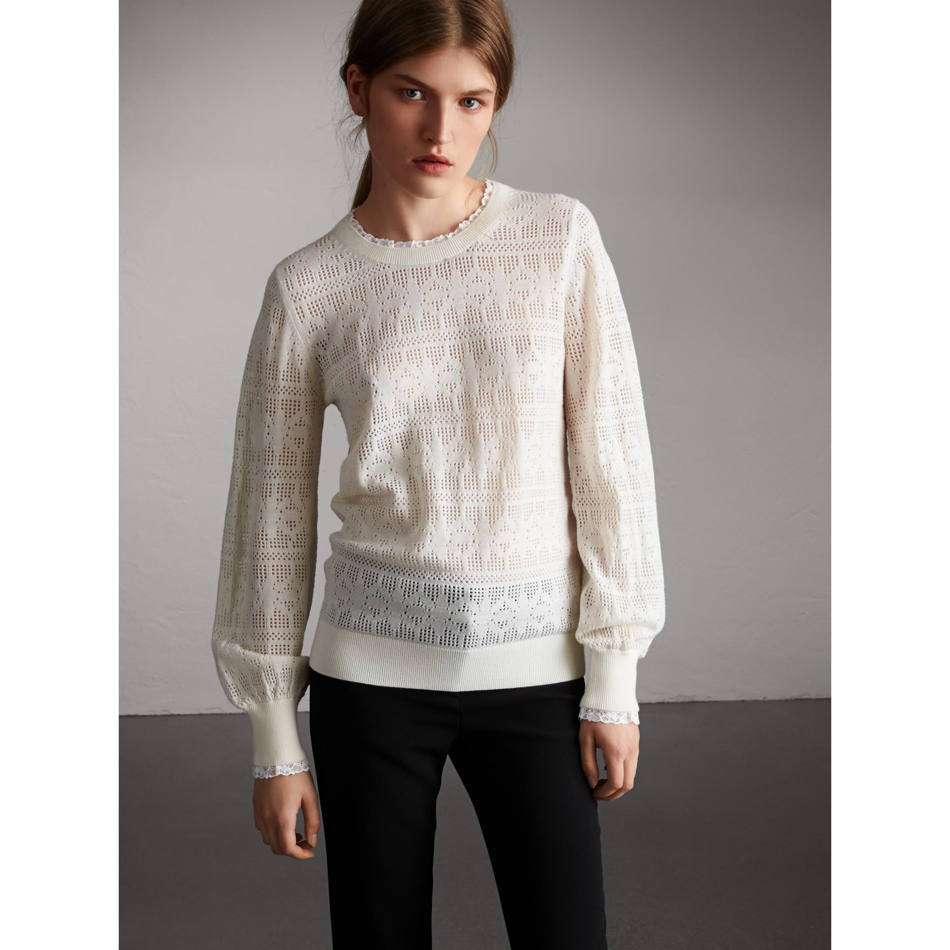 Suéter de lã e cashmere com detalhes em renda e pointelle (Branco Natural) - Mulheres | Burberry - galeria de imagens 5
