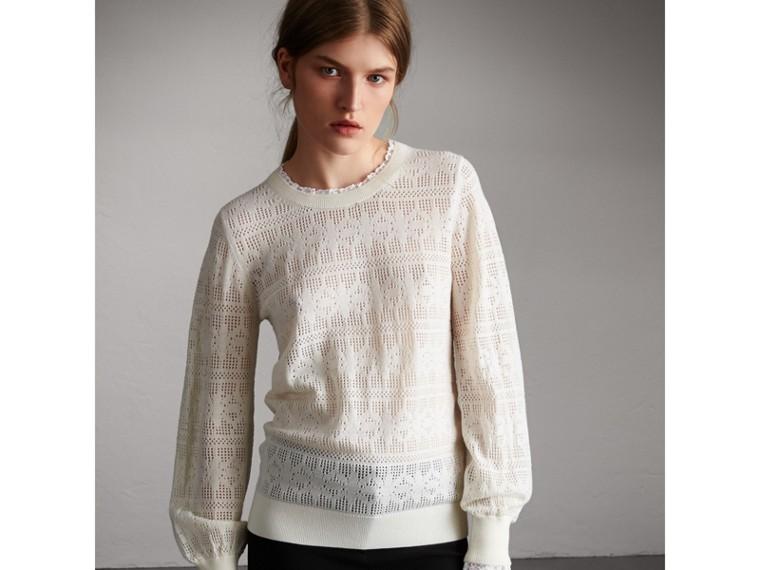 Suéter de lã e cashmere com detalhes em renda e pointelle (Branco Natural) - Mulheres | Burberry - cell image 4