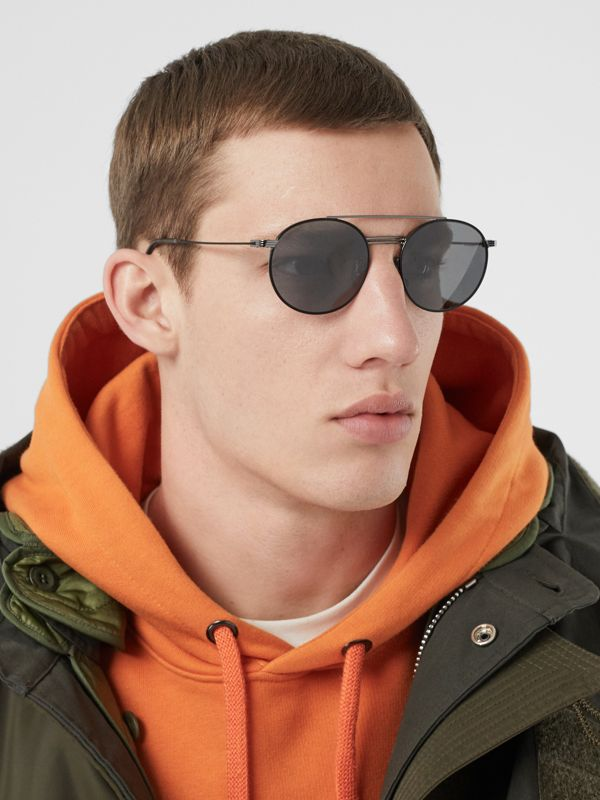 Top Bar Detail Round Frame Sunglasses in Gunmetal/dark Green - Men | Burberry - cell image 2