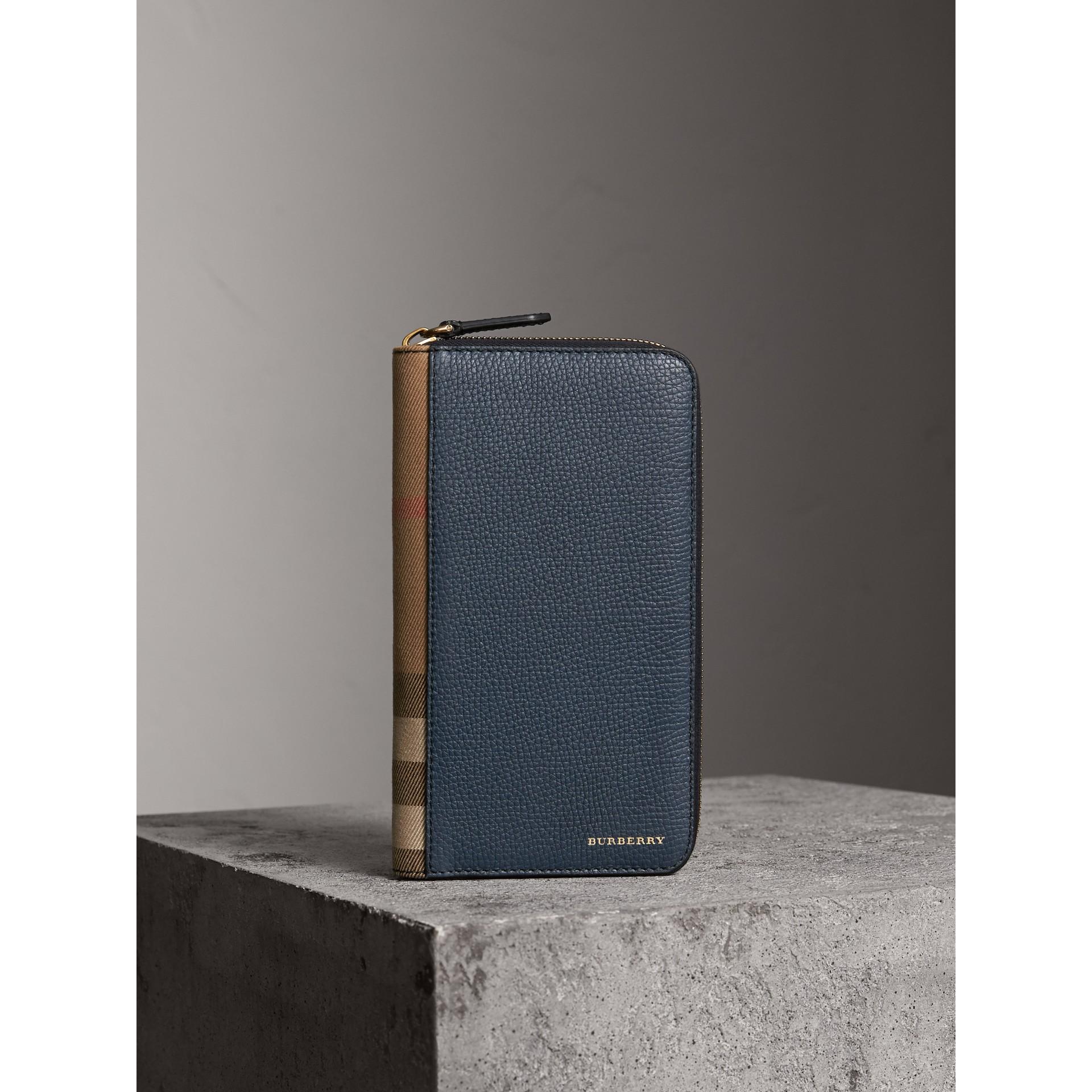 Portafoglio con cerniera su tre lati con pelle a grana e motivo House check (Blu Tempesta) | Burberry - immagine della galleria 1