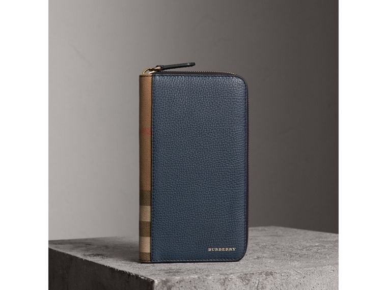 Portafoglio con cerniera su tre lati con pelle a grana e motivo House check (Blu Tempesta) | Burberry - cell image 1