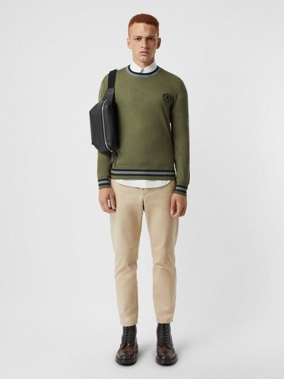 Pullover aus Baumwollseide mit aufgesticktem Ritteremblem (Schiefergrün)