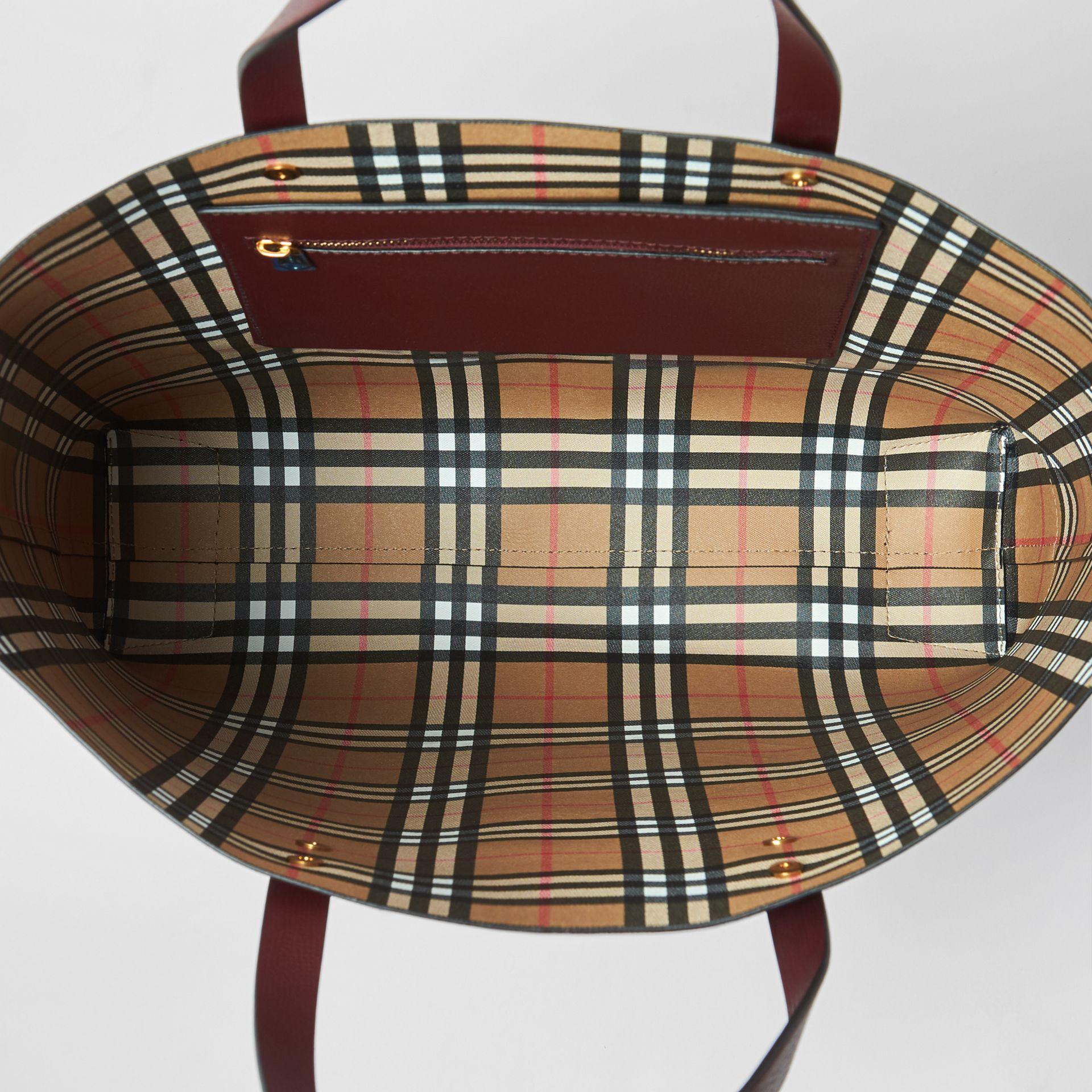 Grand sac cabas en cuir avec écusson (Bourgogne) | Burberry Canada - photo de la galerie 5