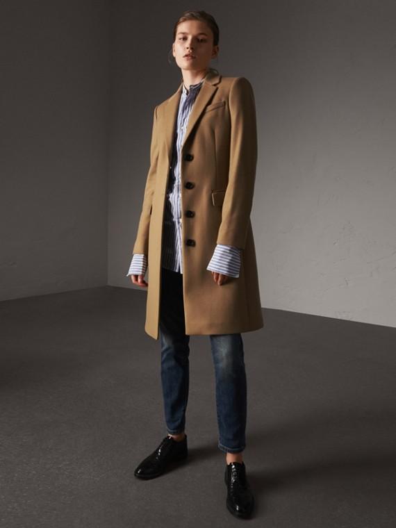 Körperbetonter Mantel aus Wolle und Kaschmir (Camelfarben)