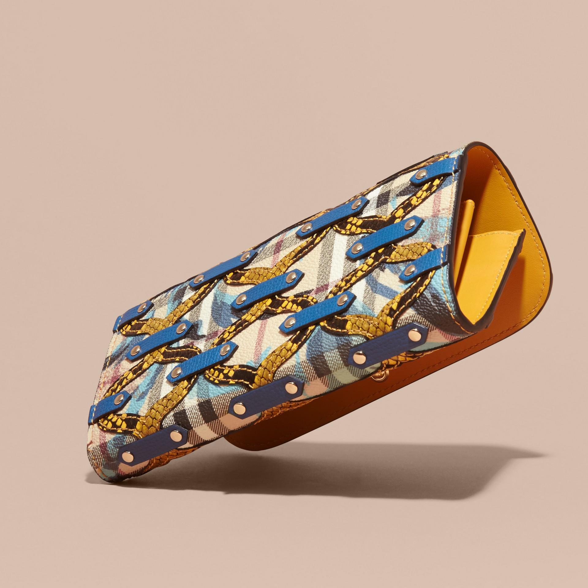 Amarillo alerce Cartera continental en Haymarket Checks con estampado de rosa peonía y textura en relieve en piel de serpiente Amarillo Alerce - imagen de la galería 4