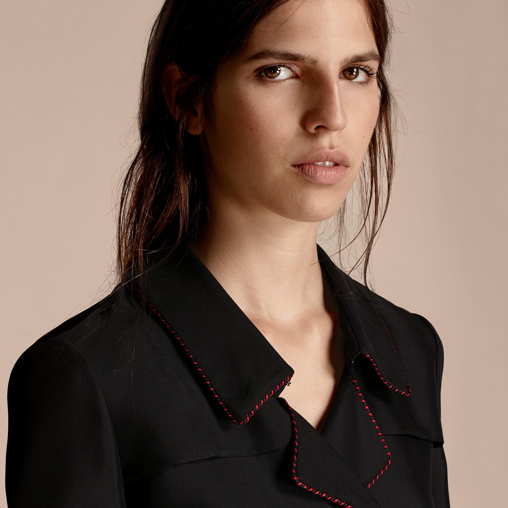 Preto Vestido Trench estilo wrap de seda com debrum militar - galeria de imagens 5