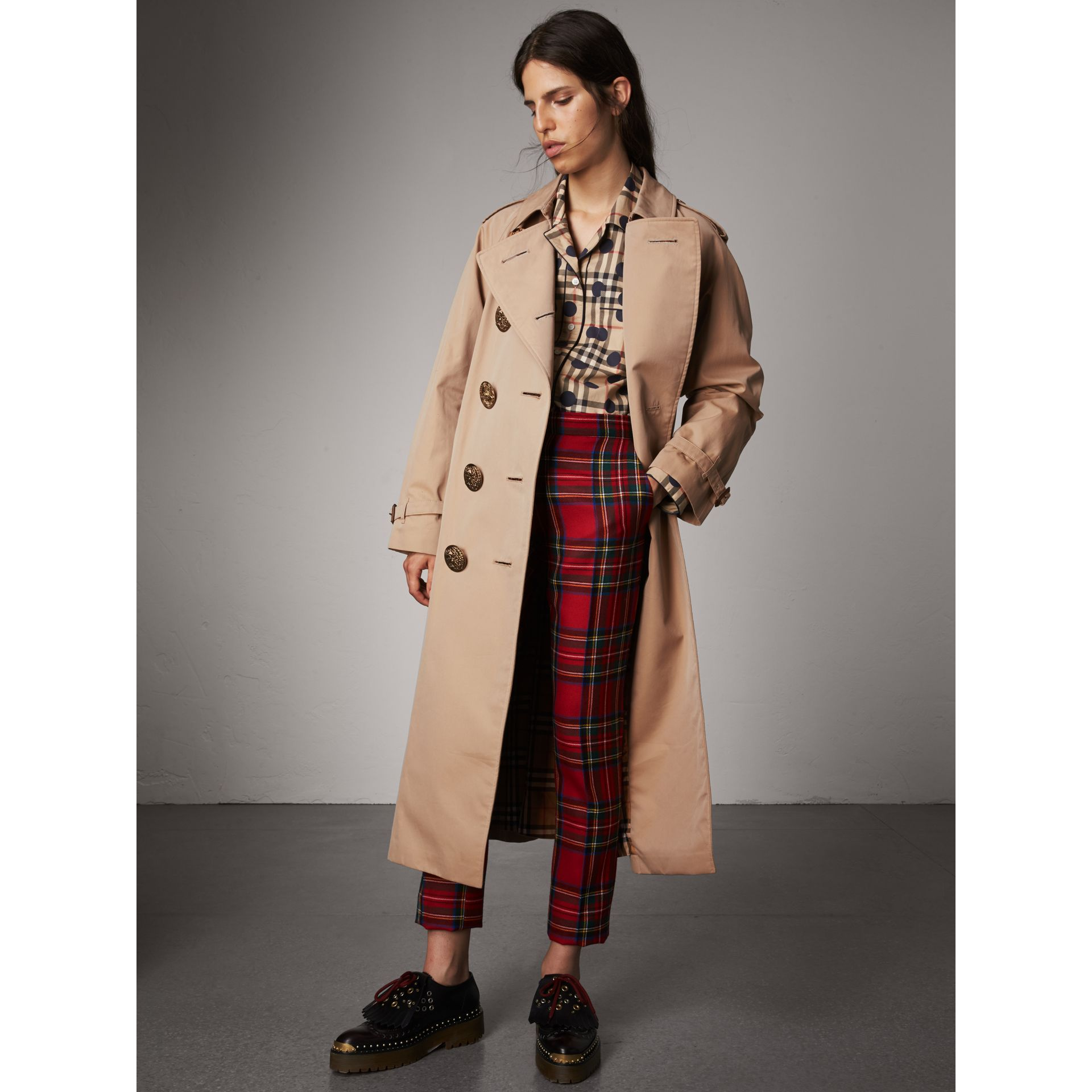 Trench coat in gabardine di cotone con bottoni decorati (Miele) - Donna | Burberry - immagine della galleria 7