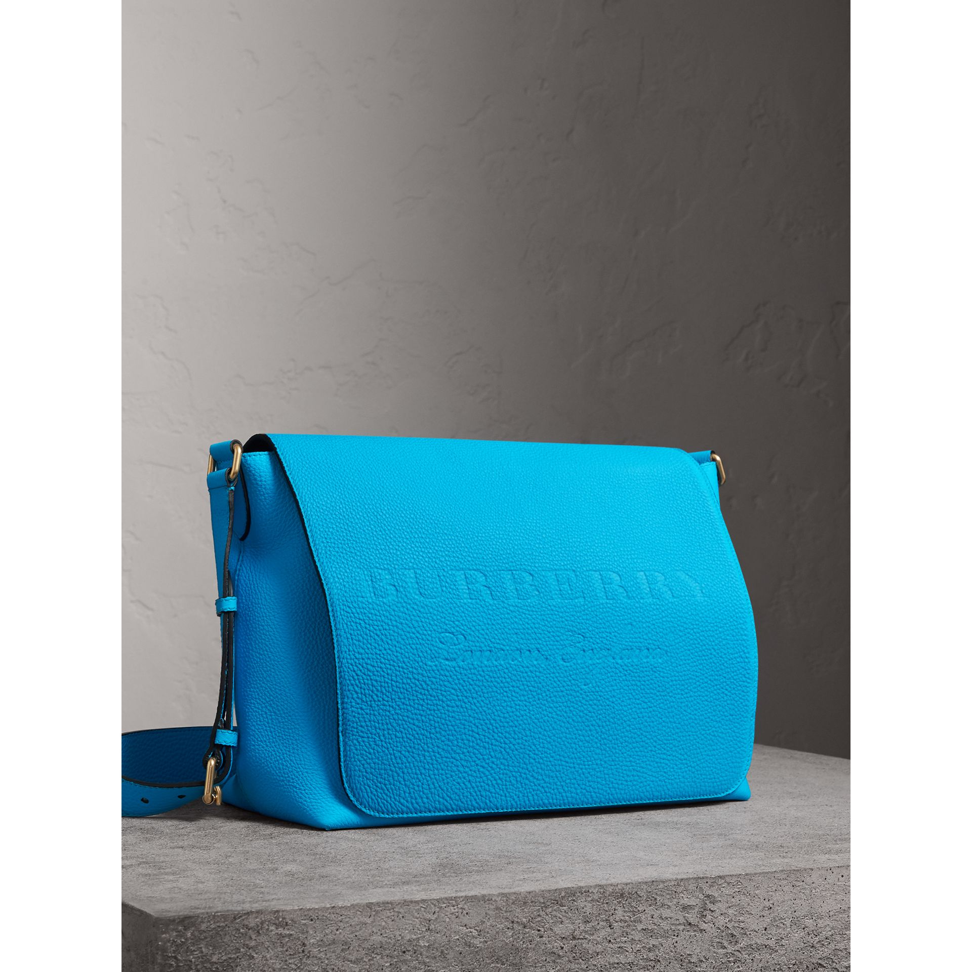 Grand sac Messenger en cuir estampé (Bleu Néon) | Burberry - photo de la galerie 6