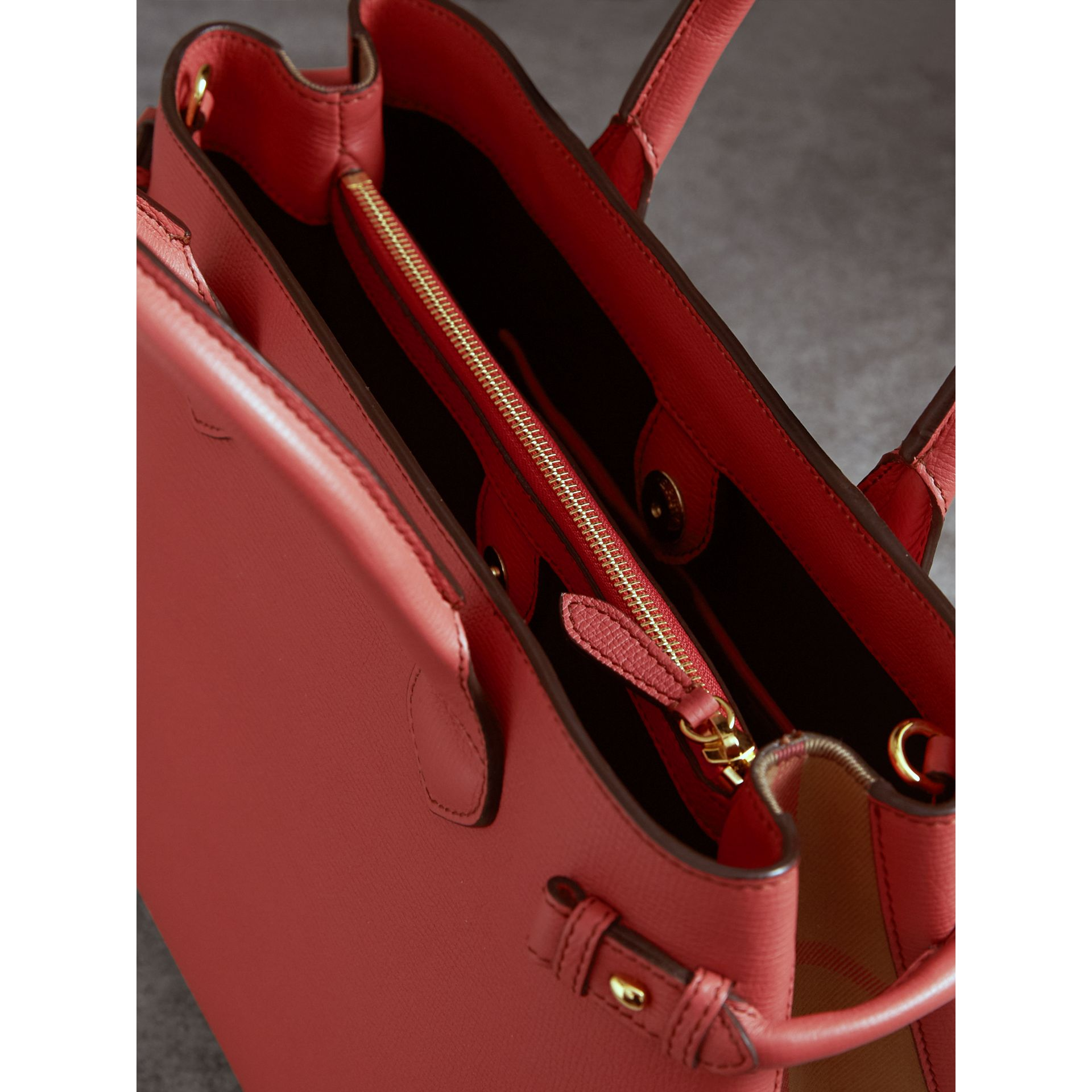 Sac The Banner moyen en cuir et coton House check (Cannelle Rouge) - Femme | Burberry - photo de la galerie 5