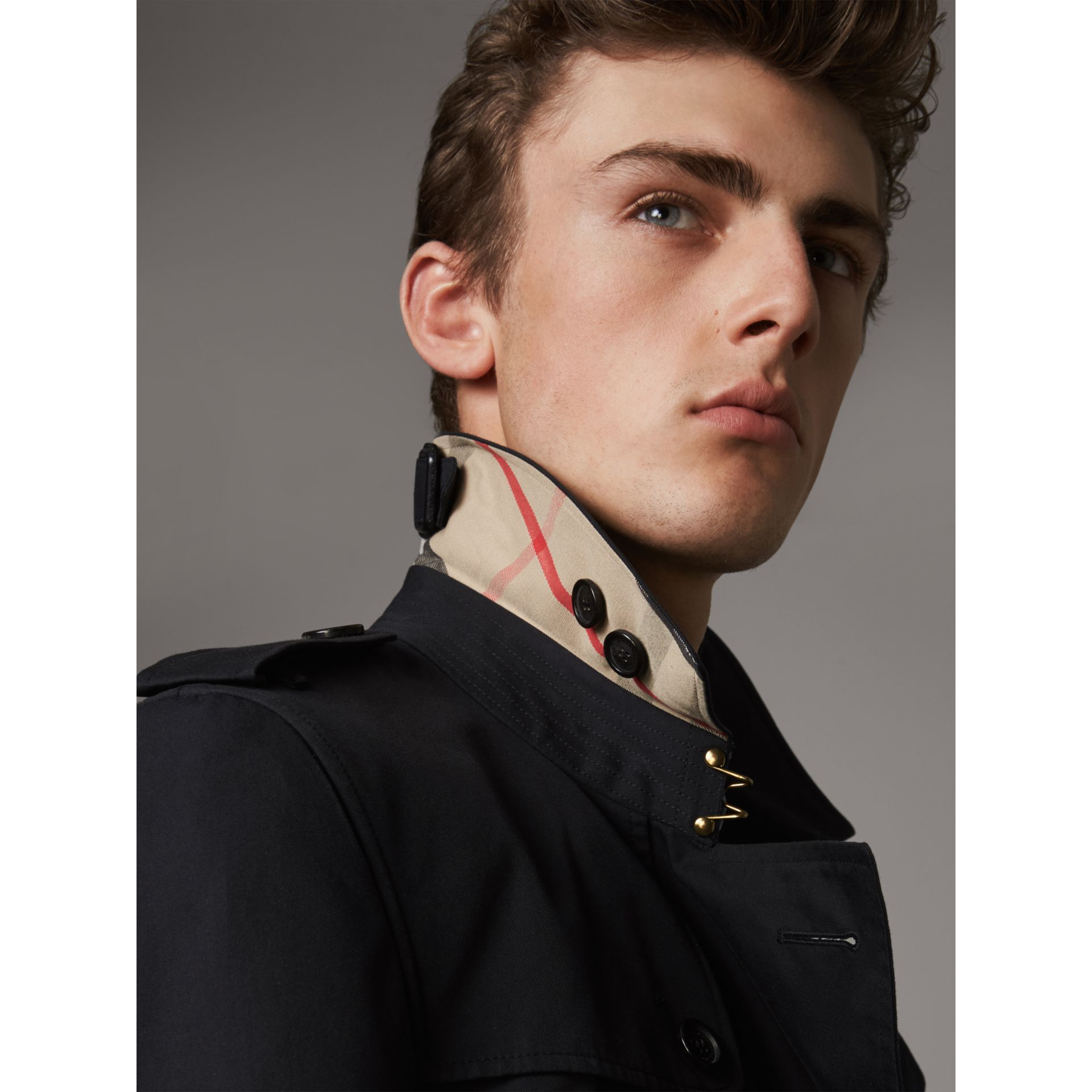 The Chelsea – Short Trench Coat in Navy - Men | Burberry United States - gallery image 2