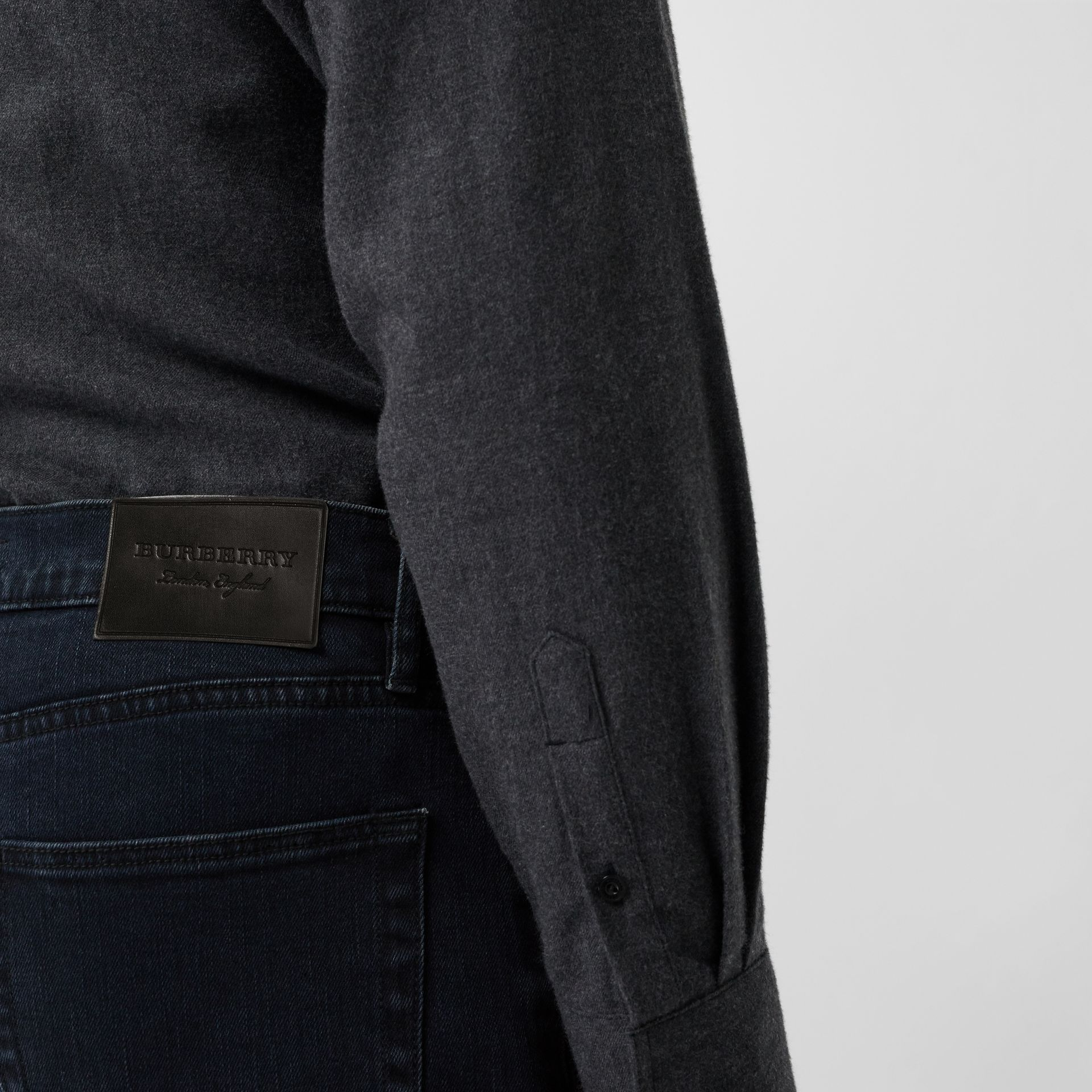 Jean de coupe slim en denim extensible (Indigo Sombre) - Homme | Burberry Canada - photo de la galerie 1