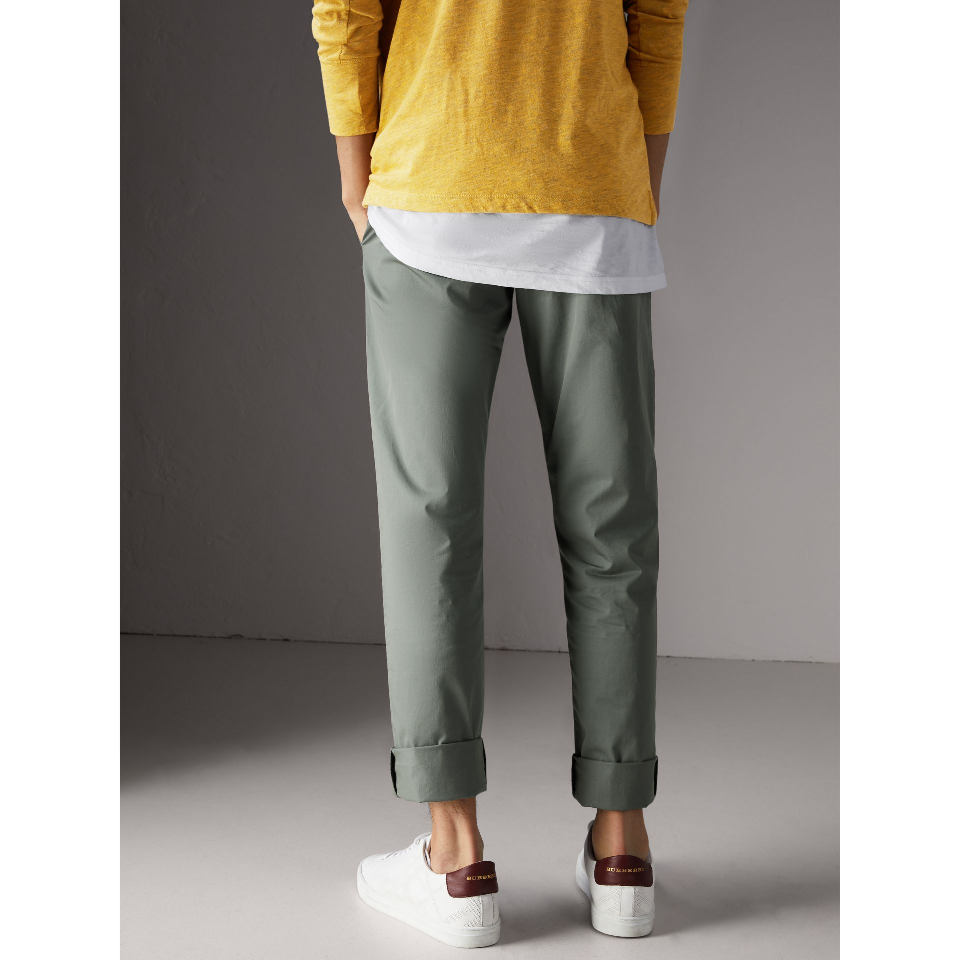 Pantalon chino slim en coton (Gris Bleu) - Homme | Burberry - photo de la galerie 2