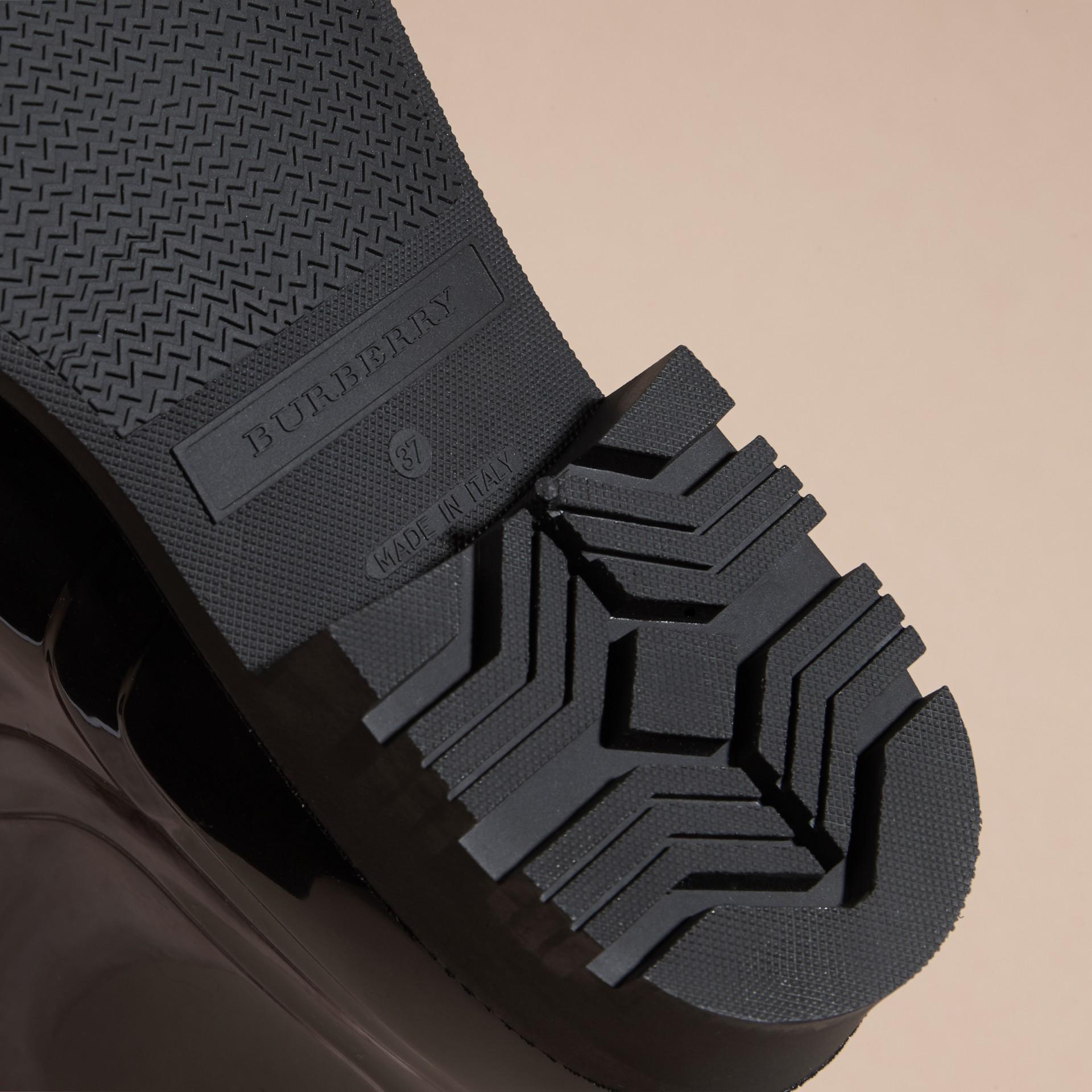 黑色/溫莎紅 蟒紋細節設計雨靴 黑色/溫莎紅 - 圖庫照片 4