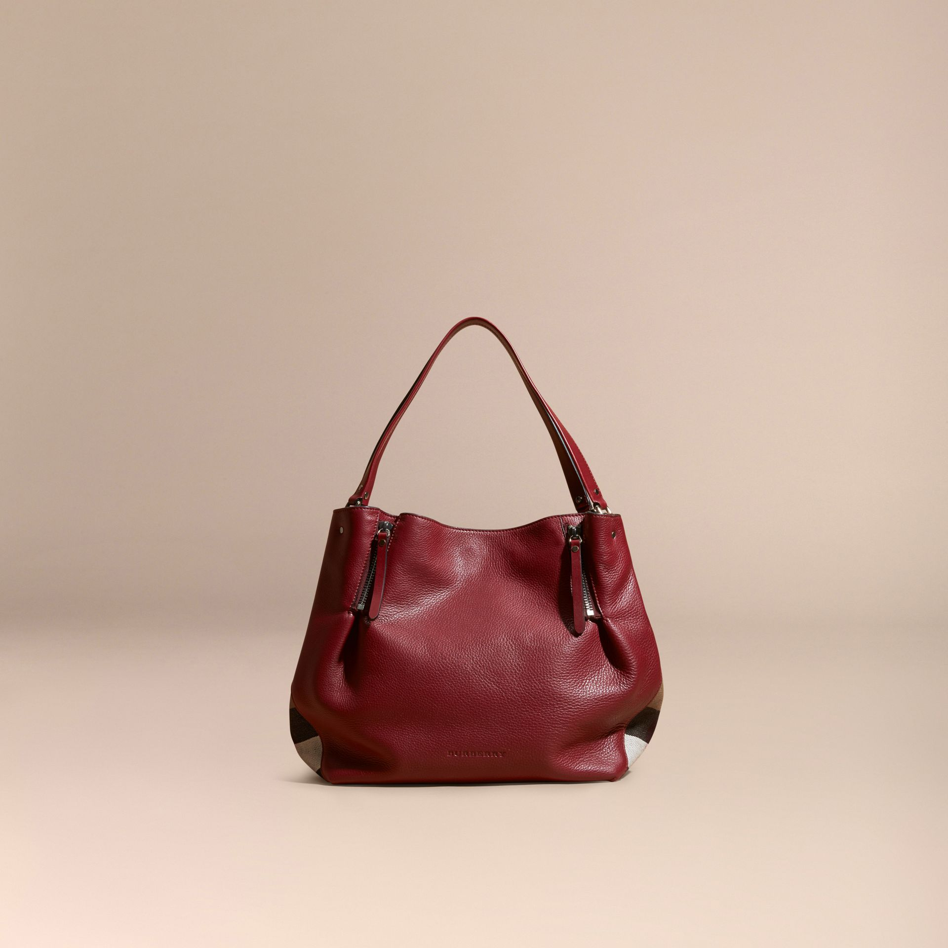 Rouge bourgogne Sac tote medium en cuir orné de touches check - photo de la galerie 8