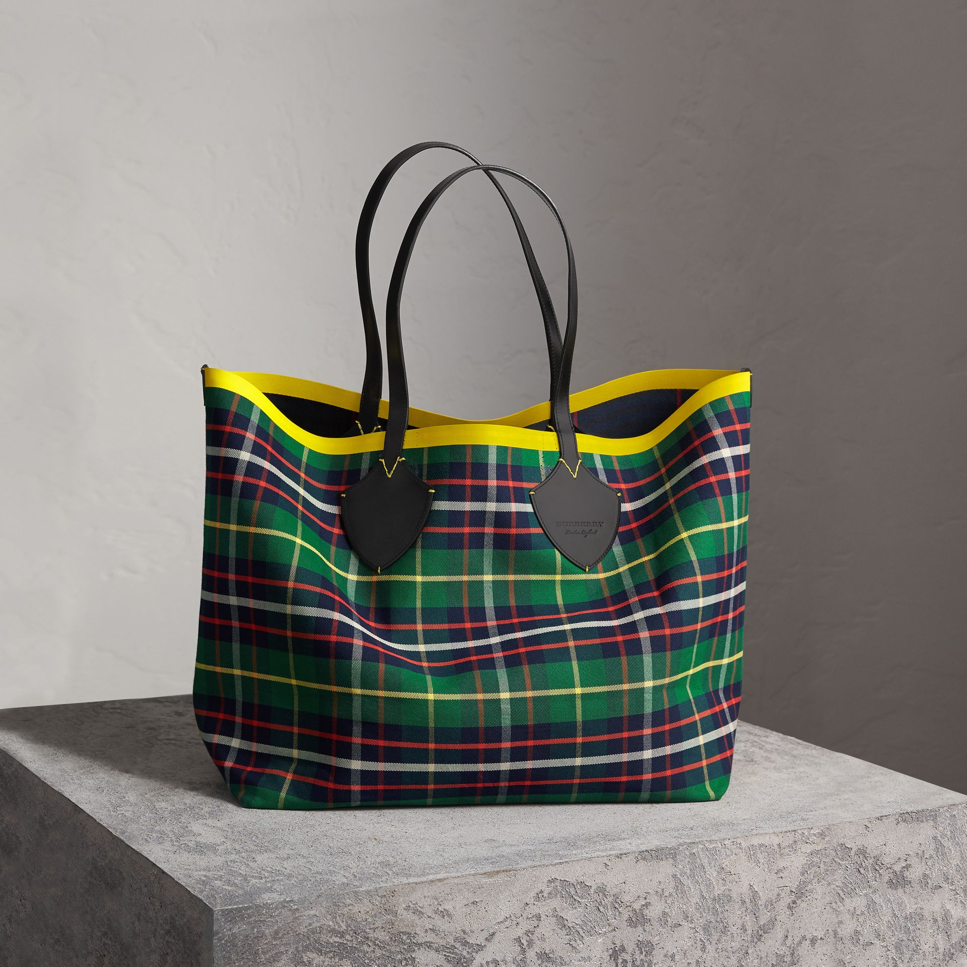 The Giant Reversible Tote in Tartan Cotton in Forest Green/deep Navy | Burberry Singapore - gallery image 0