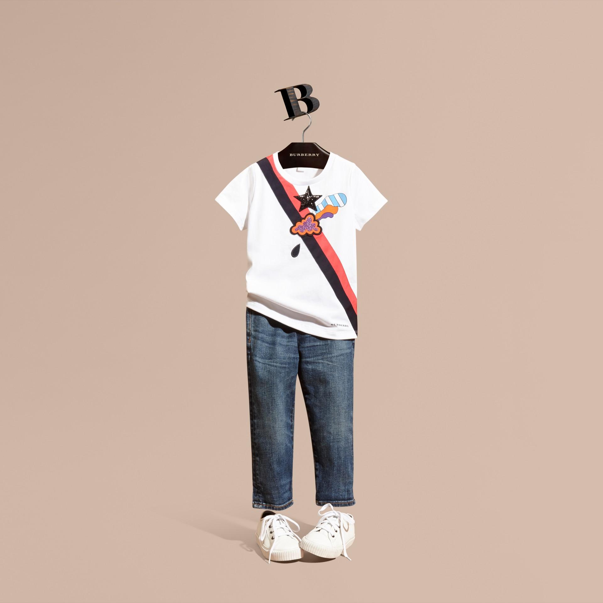 Bianco T-shirt in cotone con grafica ispirata al clima e paillettes applicate - immagine della galleria 1