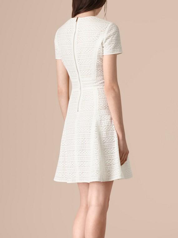 Weiss Kleid in A-Linie aus englischer Spitze - cell image 2