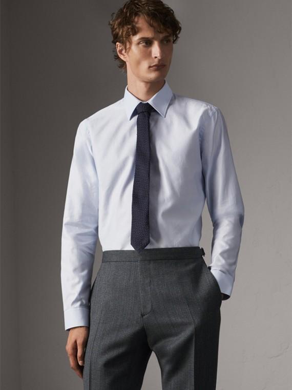 Chemise de coupe moderne en coton à pois et effet dobby (Bleu Clair)