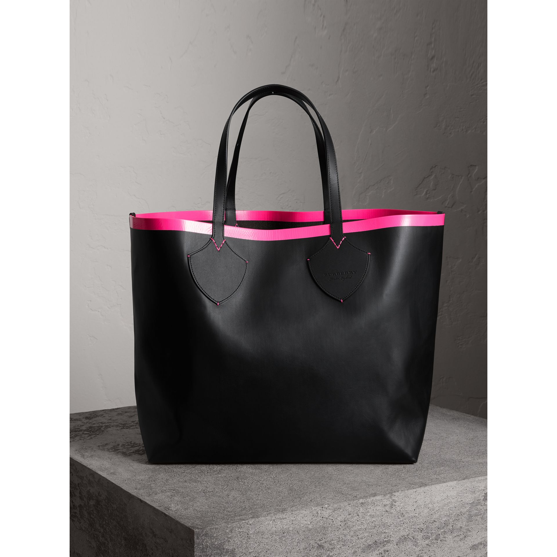The Giant Reversible Tote in Canvas Check and Leather in Black/neon Pink | Burberry - gallery image 5